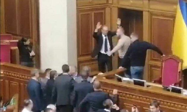 Тимошенко захватила место Разумкова в Раде, идут жесткие стычки: кадры атаки