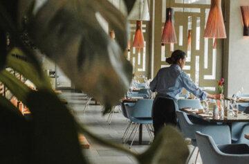 """""""Не умеешь? Так учись!"""": в Киеве проучили официантку за незнание украинского языка"""