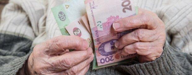 Затримки з виплатами пенсій: у Кабміні назвали причину