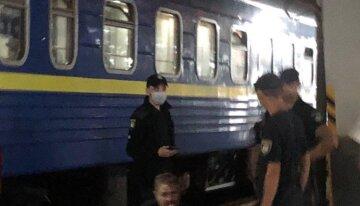 """Девушки устроили адский дебош в поезде по дороге в Киев, видео: """"бегали голыми и кричали"""""""