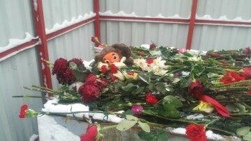Квіти та іграшки, залишені під посольством РФ, вже у сміттєвих баках: Ми ж не в Кемерово їх повеземо