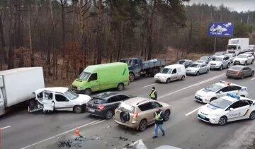 """Масштабна ДТП паралізувала рух під Києвом, кадри аварії: """"Авто розкидало по всіх смугах траси"""""""
