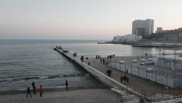 Одесситы взбунтовались против скандальной стройки на пляже: кадры происходящего