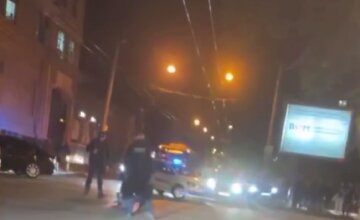Бросался на людей и ложился на нож: мужчина наделал шума в центре Одессы, видео