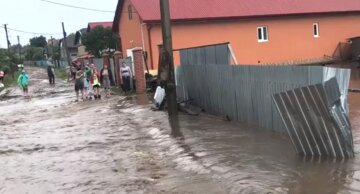 """Масштабный потоп в Украине, улицы превратились в реки, новые кадры стихии: """"Пусть Бог хранит..."""""""