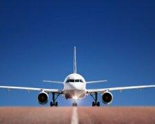 Украинским чиновникам предложили летать с полей Гостомеля