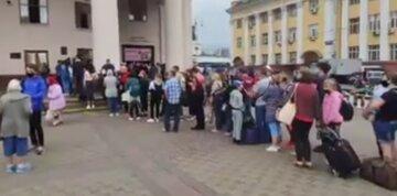 """В Киеве парализовано метро, фото: """"сотни людей не могут..."""""""