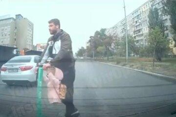 Мужчина с ветерком покатал на самокате дочь, двигаясь по встречке: кадры безумия