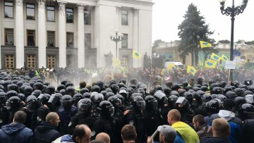 Это крик души: под Радой прорвали заграждения силовиков, начался бунт