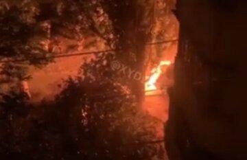 Мощный пожар вспыхнул во дворе многоэтажки в Одессе, люди выбежали на улицу: кадры ЧП