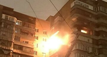 Потужний вогонь охопив багатоповерхівку, злетілися пожежники: кадри НП у Києві