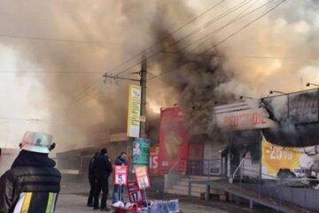 У Києві вогнем охопило ринок, на місце терміново з'їхалися рятувальники: відео пожежі
