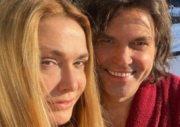 """Сумська засвітилася біля пологового будинку з чоловіком Борисюком і новонародженою крихтою: """"Вітаємо!"""""""