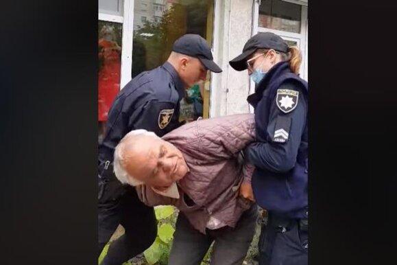 """Спливли подробиці побиття копами дідуся з Чернівців: """"загрожує 8 років тюрми"""""""