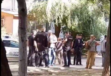 Неадекват пригрозив підірвати гранату на шкільному майданчику: кадри свавілля в Одесі