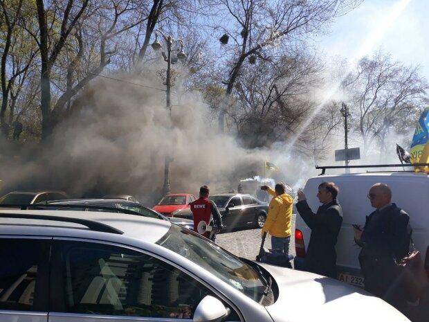 Головне за день: димовий протест проти Гройсмана і різанина в російській школі