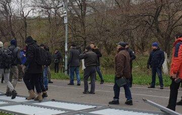 Тіло молодої людини бовталося на дереві посеред багатолюдної траси: страшні кадри з Одеси