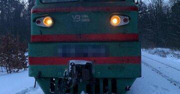 Трагическое ДТП в Киеве: машину раздавило поездом на железной дороге, пассажира спасти не удалось
