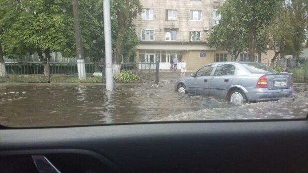 Киев ушел под воду, «авто и маршрутки плавают»: кадры погодного апокалипсиса