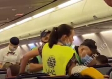 """Мужчина устроил бунт в самолете """"Одесса-Анталия"""", видео скандала: """"Я вам создам такие неудобства"""""""