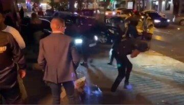 Американцы устроили массовую драку в центре Одессы, полиция применила газ: видео беспредела