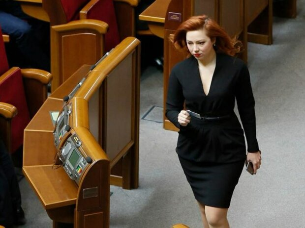 """Соратницю Тимошенко застукали в Раді з непристойним аксесуаром, фото: """"По-багатому"""""""