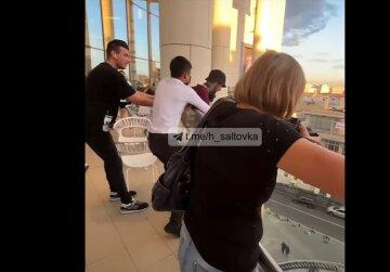 Из-за неразделенной любви: харьковчанин решил прыгнуть с балкона ТРЦ, видео
