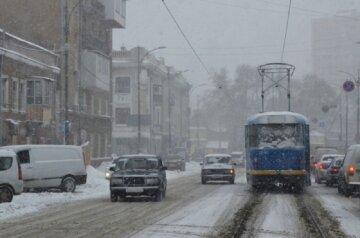 Авто на скользкой дороге вылетело на площадь в Одессе: кадры жуткого ДТП