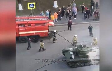 На репетиции парада Победы в России произошло ЧП, видео: танк вспыхнул как спичка