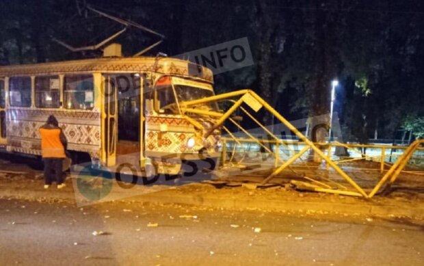 """В Одессе трамвай попал в аварию, видео: """"сошел с рельсов и протаранил..."""""""