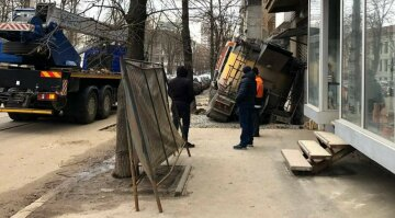 Прямо на тротуарі: у Харкові під бетономішалкою провалився асфальт, фото НП