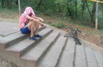 Неадекват кидався на перехожих з лавкою в руках: кадри з курортної зони Одеси
