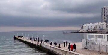 """""""Не завадили карантин і негода"""": натовпи людей знову вийшли на одеські пляжі, відео"""