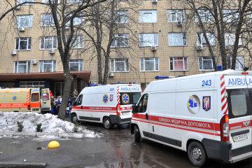 """Волонтеров унизили в военном госпитале Киева, скандал попал в кадр: """"перенимают опыт РФ"""""""