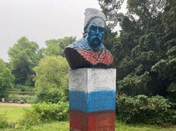 Вандали розфарбували пам'ятник Шевченку в російський триколор: кадри безчинств