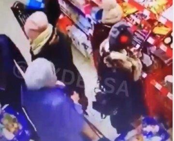 """""""Ходить не за продуктами, а за гаманцями"""": спритна злодійка завелася в супермаркетах Одеси, з'явилося відео"""