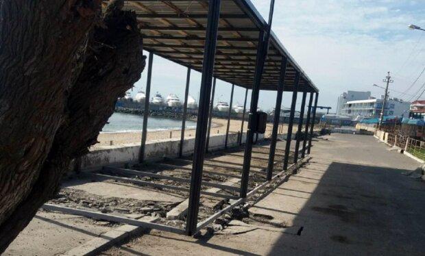 В Одессе застраивают пляж в разгар карантина, жители возмущены: кадры беспредела