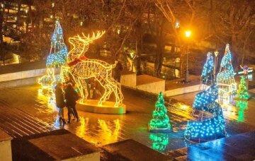 Вандалы уничтожили новогоднюю инсталляцию в центре Одессы: кадры беспредела
