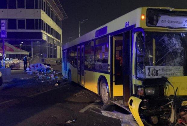 У Києві автобус зніс зупинку, повну людей, фото: є жертви