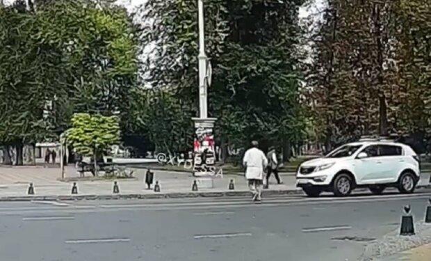 В центре Одессы женщина спешила на трамвай и попала под авто (видео)