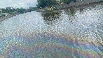"""""""Виглядає не дуже нормально"""": річка в Харкові стала """"райдужною"""", фото"""