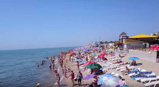 """На туристов открыли охоту в Затоке, есть пострадавшие: """"прямо на пляже"""""""