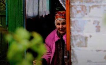 Пенсионерку спасают в Днепре, старушка оказалась в плену стихии: кадры с места ЧП