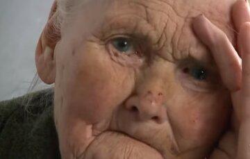 """""""Безпорадна віддала останнє"""": 95-річну стареньку побили під Києвом, безпрецедентні кадри"""