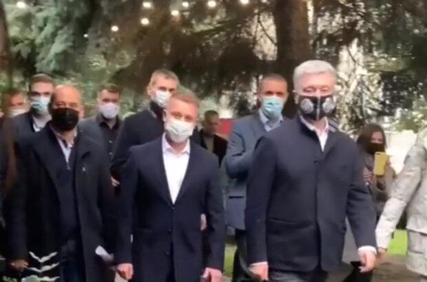 """Порошенко, який переніс вірус, побіг ручкатися з народом, українці здивовані: """"Чия черга хворіти?"""""""