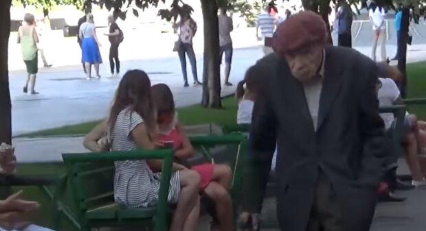 """Київські комунальники виїхали на вулиці поливати калюжі після дощу, відео: """"Нас не зупинить..."""""""
