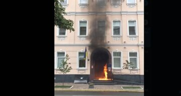 Атака в центре Киева: в ход пошел коктейль Молотова, кадры с места ЧП