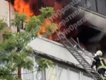 Мощный пожар разгорелся в многоэтажке в Киеве, найдено тело женщины: кадры с места событий
