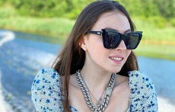 """16-летняя дочь Поляковой взволновала шалостями в бикини: """"Мама будет раздеваться медленно, а я..."""""""