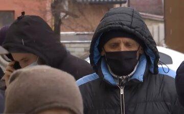 карантин, локдаун, українці в масках, пенсіонер